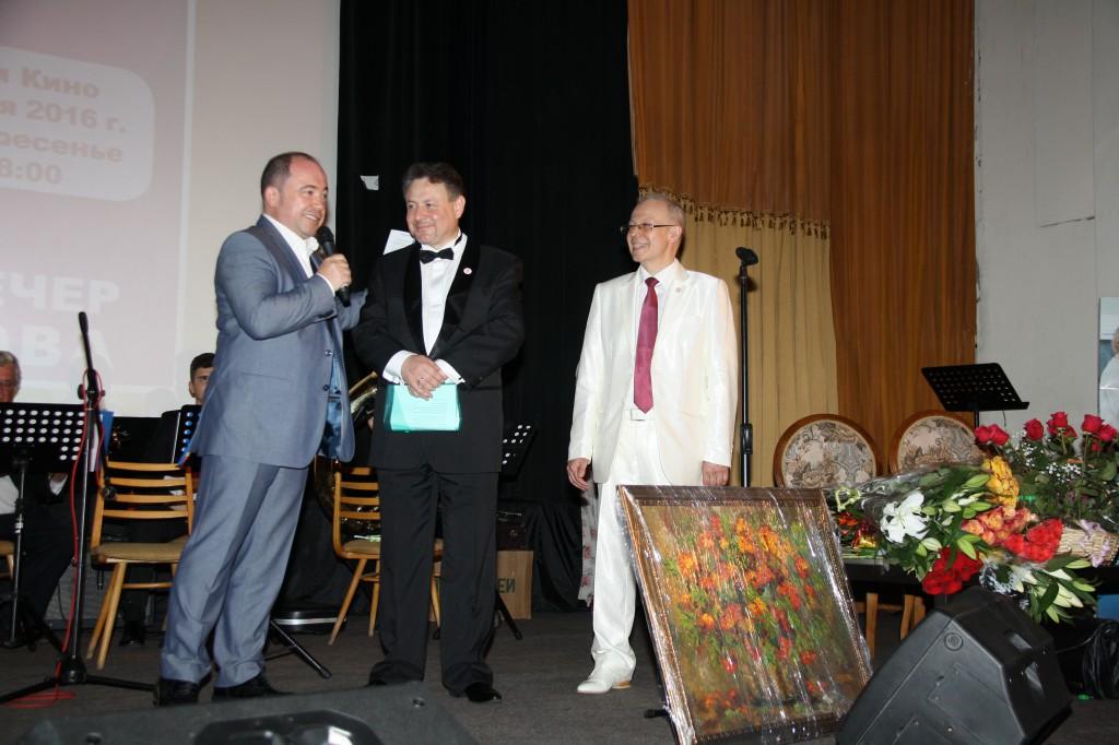 . Г.Л. Сорокоумова приветствуют президент СтАР В.В. Садовский и главный редактор журнала